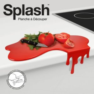 Planche à découper originale en forme de tâche de sauce tomate